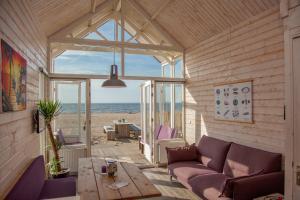 Een zitgedeelte bij Surf en beach strandhuisjes