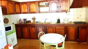 Kuchyň nebo kuchyňský kout v ubytování Plus Q'une Maison, Une Expérience !