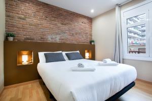 A bed or beds in a room at Bbarcelona Apartments Sagrada Familia Flats