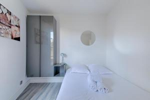 A bed or beds in a room at NICE FLAT WITH TERRACE
