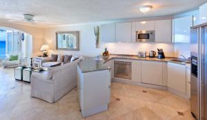 A kitchen or kitchenette at Reeds House Penthouse 12