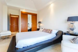 A bed or beds in a room at Arcos Gardens Sol Rent Golf