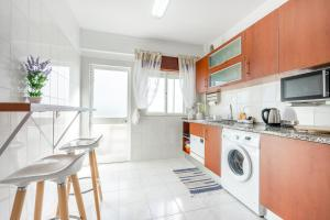 A kitchen or kitchenette at My Place @ Faro Ria Views
