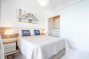 A bed or beds in a room at My Place @ Faro Ria Views