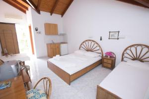 A bed or beds in a room at Marina Studios II