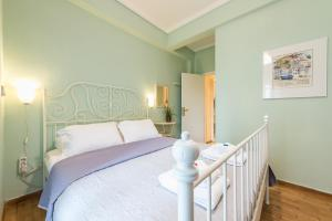A bed or beds in a room at Acropolis Area Cozy Apartment