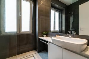 A bathroom at Sleek, elegant apartment in Penha de França
