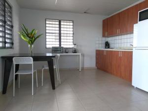 Virtuve vai virtuves aprīkojums naktsmītnē Urban Terrace Apartment in San Juan
