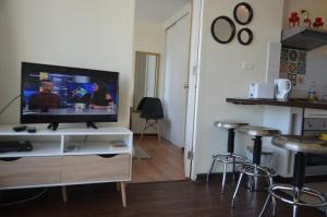 Una televisión o centro de entretenimiento en Departamentos Amoblados Paz