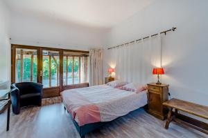 A bed or beds in a room at Moulin du Daumail