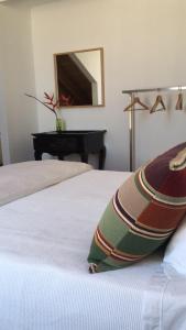 A bed or beds in a room at Baía das Caldeirinhas