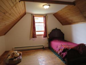 A bed or beds in a room at Old Barn 8-10 Min to Blue Rocks or Lunenburg Heckmans Island