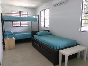 Divstāvu gulta vai divstāvu gultas numurā naktsmītnē Urban Terrace Apartment in San Juan