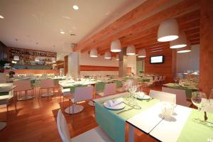 A restaurant or other place to eat at Aroeira Golf and Beach Apartment