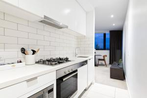 A kitchen or kitchenette at Bella Hotel Apartments
