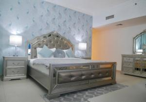 A bed or beds in a room at Stunning 5* 4BR-Oceanfront-Apartment