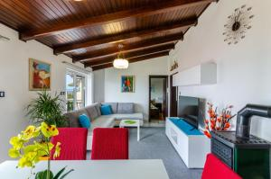 A seating area at Apartments Lino
