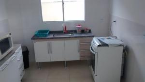 A kitchen or kitchenette at Apt de Temporada Mobiliado (sem moradores)