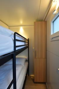 """A bunk bed or bunk beds in a room at Cosy floating boatlodge, """"Paris"""""""