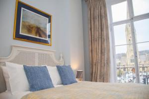 A bed or beds in a room at Stylish City Centre Apartment - Bath