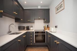 A kitchen or kitchenette at Stylish City Centre Apartment - Bath