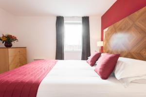 A bed or beds in a room at PREMIER SUITES Birmingham