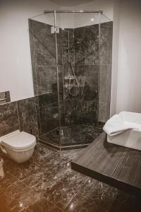 Ein Badezimmer in der Unterkunft KH Apartments Center