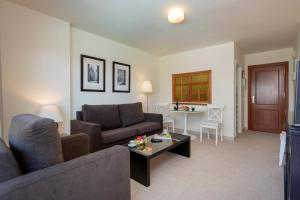 A seating area at Apartamentos Nucleo Cristal