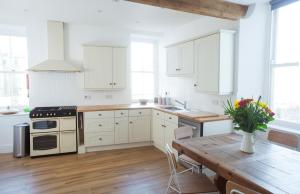 A kitchen or kitchenette at The Salt House, Fore Street