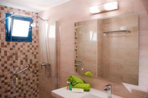 Een badkamer bij Ereza Apartamentos Los Hibiscos