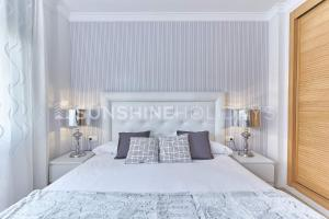 A bed or beds in a room at Marbella Beach Centre 2 Bedroom Faro