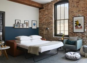 A bed or beds in a room at Domio Baronne St.