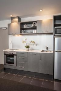 Cuisine ou kitchenette dans l'établissement Barclay Suites