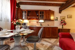 A kitchen or kitchenette at Angel's House