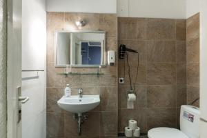 A bathroom at Heval's Grand Appartments Schöneberg