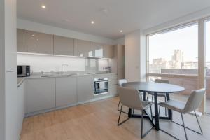 A kitchen or kitchenette at Stylish 2 Bedrooms Apartment close to DLR