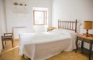 A bed or beds in a room at Hiker's TownHouse
