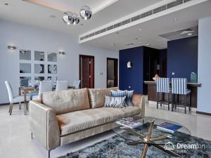 A seating area at Dream Inn Apartments - Tiara