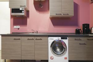 A kitchen or kitchenette at BIG CENTRAL CITY APARTMENT