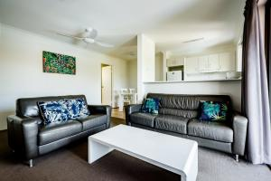 A seating area at Coffs Harbour Holiday Apartments