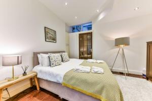 Ein Bett oder Betten in einem Zimmer der Unterkunft Queen's Gate