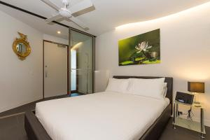 A bed or beds in a room at Accommodate Canberra- Nishi