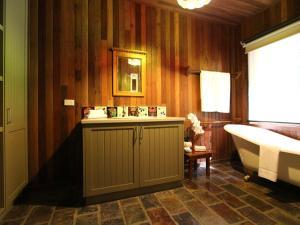 A bathroom at Gumtree Spring