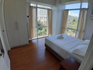A bed or beds in a room at Marco Polo Flats