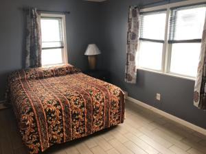 A bed or beds in a room at Newly Renovated 2 Bedroom House