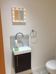 A bathroom at CITY CENTER STUDIO APPARTMENT SLEEPS UP TO 4 13 HUMBERSTONE ROAD LEICESTER