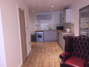 A kitchen or kitchenette at CITY CENTER STUDIO APPARTMENT SLEEPS UP TO 4 13 HUMBERSTONE ROAD LEICESTER