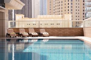 Бассейн в Barceló Residences Dubai Marina или поблизости