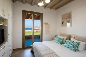 Mykonos Vacation Villa tesisinde bir odada yatak veya yataklar