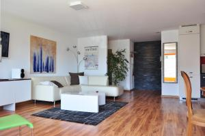 A seating area at Apartment Moderna